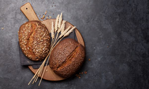 砧板上的面包麦穗特写摄影高清图片