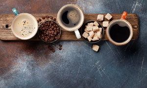 咖啡豆糖块与几杯咖啡摄影高清图片