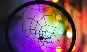 炫丽梦幻光斑衬托的捕梦网高清图片