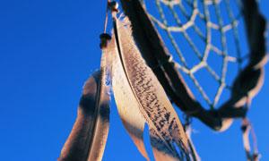 蔚蓝天空背景的捕梦网摄影高清图片