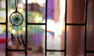 悬挂在窗户上的捕梦网摄影高清图片