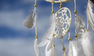 挂着的白色捕梦网挂饰摄影高清图片