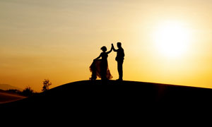 夕阳下的夫妻剪影高清摄影图片