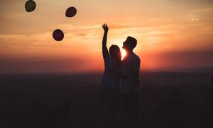夕阳下的情侣剪影高清摄影图片