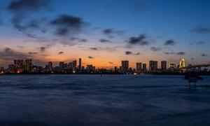 傍晚海边城市美景和桥梁摄影图片