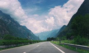 大山中的高速公路高清攝影圖片
