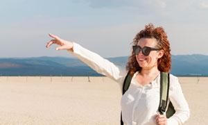 手指向遠方的旅行人物攝影高清圖片