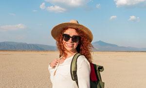 身背雙肩包的旅行人物攝影高清圖片