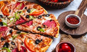 番茄與切開的美味披薩攝影高清圖片