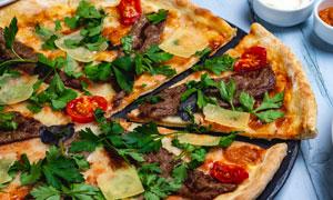 桌上的薄底款披薩特寫攝影高清圖片