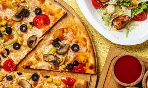 美味沙拉與切開的披薩攝影高清圖片
