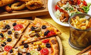 魷魚圈薯條與薄底披薩攝影高清圖片
