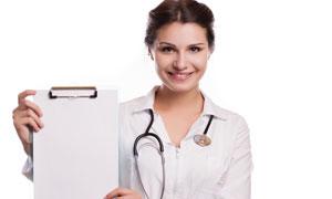 在展示病歷的醫生人物攝影高清圖片