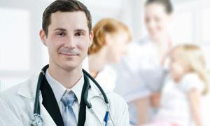 掛著聽診器的醫生人物攝影高清圖片