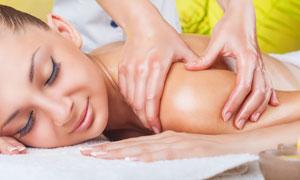 做肩部放松理疗的美女摄影高清图片