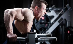大吼一声继续锻炼的肌肉男高清图片