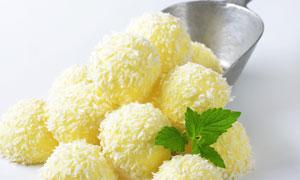 裹满椰蓉的球状冰淇淋摄影高清图片