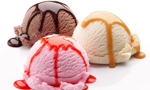 三个不同口味的冰淇淋摄影高清图片