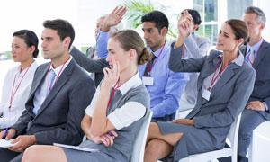 在台下举手示意的商务人物高清图片