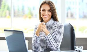 办公桌前的披肩发美女摄影高清图片