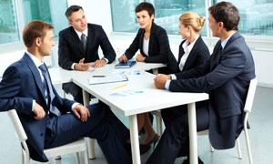 围坐在一起研讨问题的职员高清图片