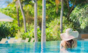 热带风光泳池中的美女摄影高清图片