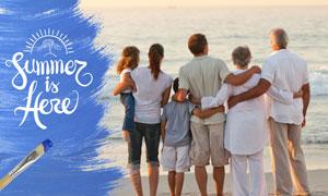 扶老携幼面朝大海的一家人高清图片
