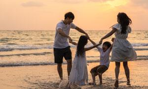 黃昏晚霞下的開心家庭人物高清圖片