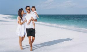 海灘上度假旅游的家人攝影高清圖片