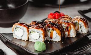 淋了照烧汁的日料寿司摄影高清图片