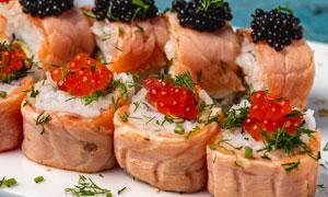 鱼子酱口味寿司卷特写摄影高清图片