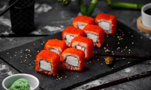 裹满了鱼子酱的寿司卷摄影高清图片