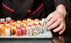错落摆放在盘中的寿司摄影高清图片