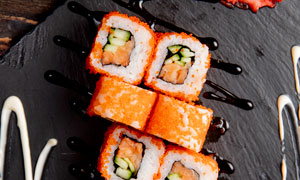 新鲜美味的鱼子酱寿司摄影高清图片