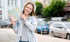 手拿着地图的开心美女摄影高清图片