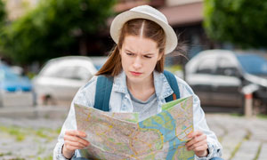 翻开地图在研究攻略的美女高清图片