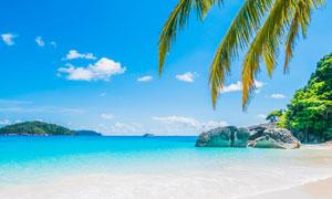 岛屿沙滩与空中的朵朵白云高清图片