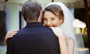 拍摄婚纱照的幸福男女摄影高清图片