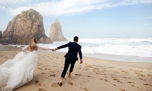 在大海边拍摄婚纱照的男女高清图片