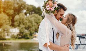 四目相对的幸福情侣婚纱照摄影图片