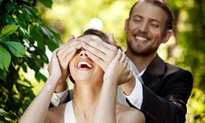 被爱人蒙上双眼的美女摄影高清图片