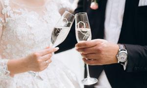 碰杯庆祝的情侣婚纱照摄影高清图片