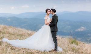 山坡上的情侣人物婚纱摄影高清图片