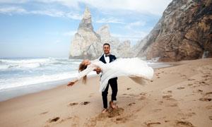 在海滩上的情侣婚纱照摄影高清图片