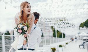被爱人扛起来的幸福美女婚纱照图片