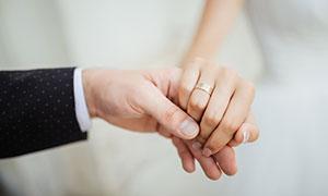 紧握在一起的双手特写摄影高清图片