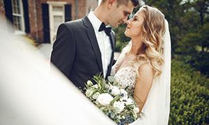 鼻尖碰鼻尖的新娘新郎人物高清图片