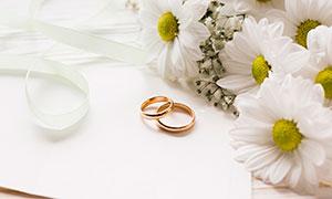 结婚戒指与丝带花朵等摄影高清图片