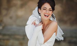 身穿着白色婚纱的幸福美女高清图片
