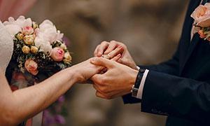 戴戒指的新娘新郎特写摄影高清图片